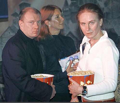 """Владимир Потанин с женой Натальей и дочерью Настей в кино. Фото: """"Коммерсант"""""""