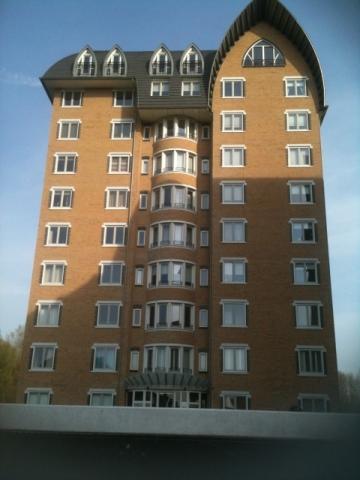 А вот и сам дом – самый высокий во всем городе. На каком же этаже живет дочка Путина?