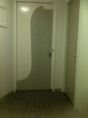 Вот она – дверь, за которой, возможно, живет, Мария. Простенько, но со вкусом