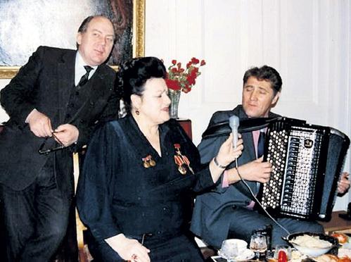 С четвёртым мужем, баянистом-виртуозом Виктором ГРИДИНЫМ (справа), певица прожила в браке 17 лет