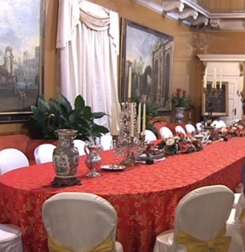 Декадентской: столовую в показной виллы Берлускони, где он регулярно развлекали ТВ актрисы и подражатель звездочки