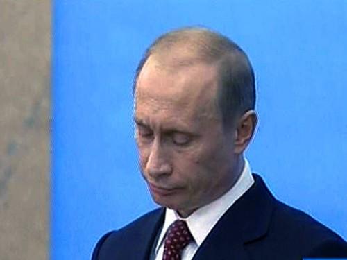 Путин взял перстень без спроса, а когда Крафт было подумал получить его назад, магната оттеснили трое агентов КГБ (видимо, охрана) Первый канал
