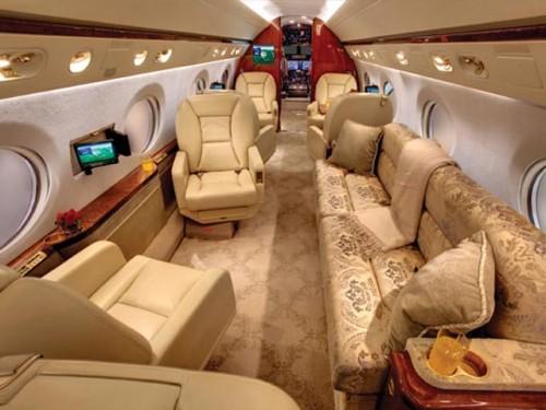 """В самолете есть все и для бизнеса, и для развлечений, подтвердил источник, близкий к оператору самолета: """"Это элитная версия судна, там просто бешеный интернет, возможность связаться с любой точкой мира, 3D-телевизор..."""" jbaaviation.com"""