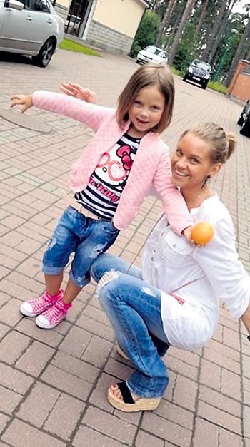 Екатерина САФРОНОВА (в девичестве ЛОБАНОВА) с дочуркой Соней. Теперь Сонечку воспитывает не папа, а другой дядя - Александр КЕРЖАКОВ. Фото: Vk.com