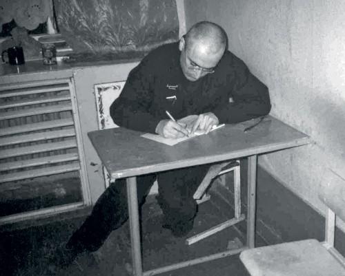 На вопрос, что вы делаете, когда вам плохо, Ходорковский ответил: «Когда плохо, я не читаю, а пишу. Потом рву». Эта фотография сделана еще в 2005 г. в колонии в Краснокаменске, Читинской области: здесь Ходорковский отсидел свои первые лагерные годы. В нынешней ИК-7 в Карелии фотографировать его категорически запрещают — даже на телефон. Задача простая: на воле Ходорковского должны забыть