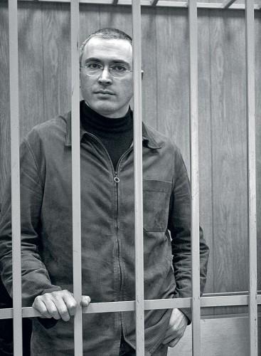 А таким — стал: снимок справа сделан в декабре 2010 года, после 7 лет тюрьмы и за несколько дней до того, как он услышал срок по второму приговору: 14 лет колонии.