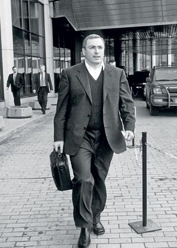 Вот таким (слева) Ходорковский был в годы своего наивысшего взлета и могущества — это снимок мая 2001 года.