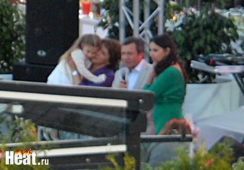 Во время праздника Татьяна Юмашева не выпускала дочурку Натальи Синдеевой из рук