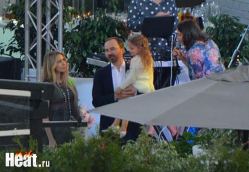 Дочь Синдеевой успела посидеть на руках у всех гостей