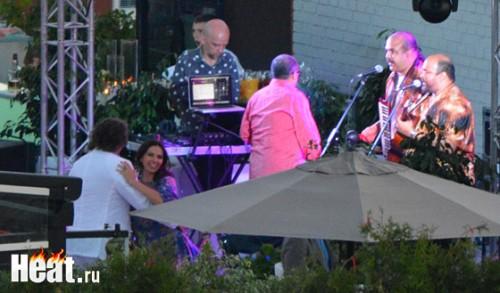 На вечеринке в ресторане _ampersent_quot;S.H.E.L.K_ampersent_quot; пел и танцевал цыганский коллектив