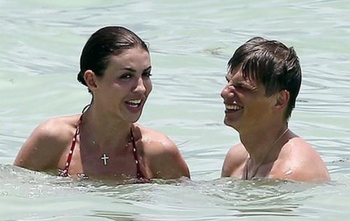 ...а теперь они вместе проводят отпуск, нежась в Атлантическом океане. Фото: Из открытых источников