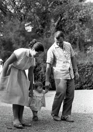 Юрий Гагарин с женой Валентиной и дочерью Галочкой на прогулке. Фото РИА Новости