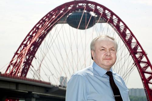 """Шишов исполнил мечту Лужкова: не только спроектировал уникальный мост, но и подвесил на вершину """"летающую тарелку"""".фото Pol Roberts для Forbes"""