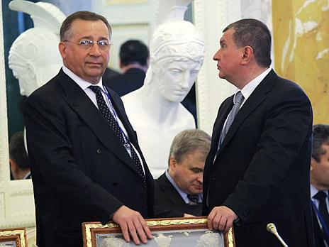Президент «Транснефти» Николай Токарев (слева) и Глава «Роснефти» Игорь Сечин (справа). Фото: РИА Новости)