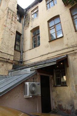 Дверь, ведущая в подвал «Секретаревки»