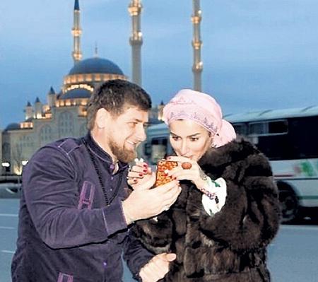 Телеведущая - частый гость в Чеченской республике. Во время весеннего визита Рамзан КАДЫРОВ подарил Тине мусульманский наряд