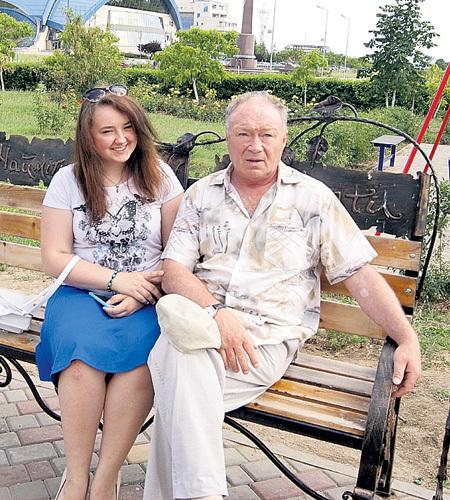 Саша КУЗНЕЦОВА поддерживает папу в горе