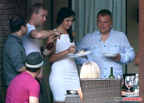 Сергей познакомил Екатерину со своими друзьями и коллегами