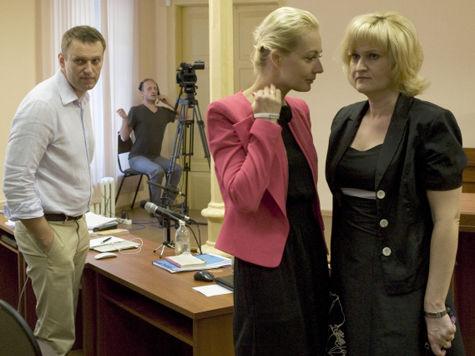 Юрист, адвокат, оппозиционный политик Алексей Навальный, супруга Навального Юлия и адвокат Навального Ольга Михайлова (слева направо)