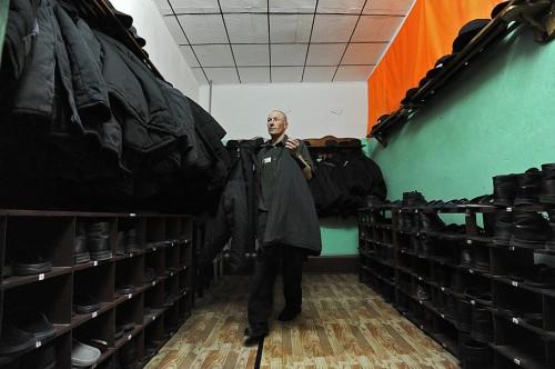 Заключенный складывает зимнюю тюремную форму Фото: Юрий Мартьянов / Коммерсантъ