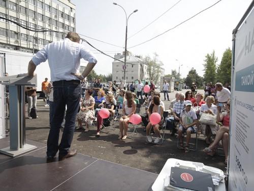 """О числе пришедших людей по этим кадрам судить трудно, но определенно люди """"пришли"""" - вопреки тому, что утверждали на ТВ Центре Moscow-Live.ru"""