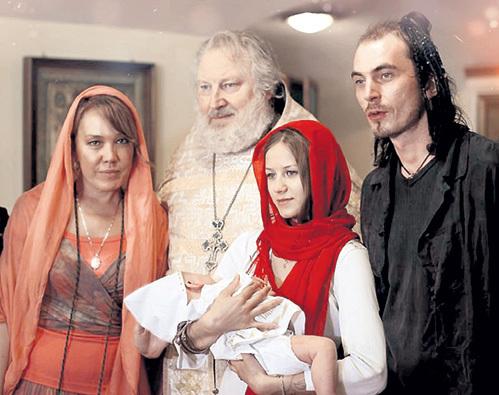 Азиза (слева) стала крёстной матерью внука Игоря ТАЛЬКОВА. Сын покойного музыканта - крайний справа