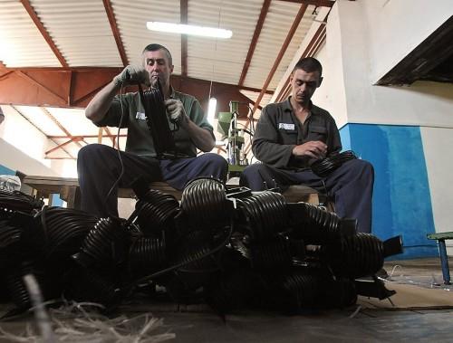 В тюрьме действует производство кожаного спортивного инвентаря, приносящее ей 15 млн руб. в год Фото: Юрий Мартьянов / Коммерсантъ