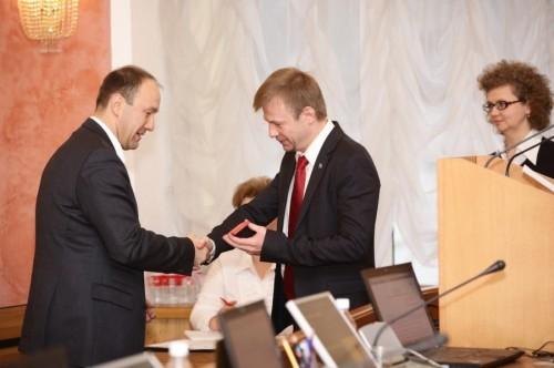 Урлашов вручает Блохину «корки» депутата