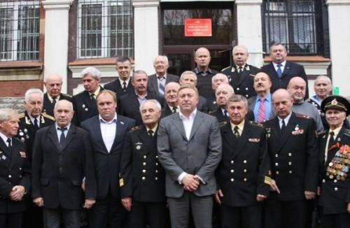 На фото: Андрей Колесник (третий слева в первом ряду) мэра Ярошука не обидит (в центре) Фото: amberclub.org