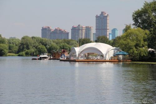 Такие шатры для корпоративных вечеринок расположены по всему пляжу