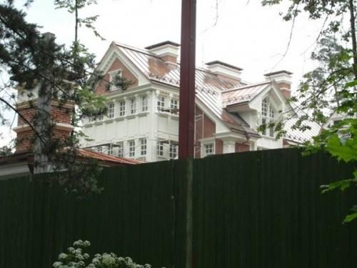 Местные жители утверждают, что этот дворец Мосдачтрест  построил  для Собянина