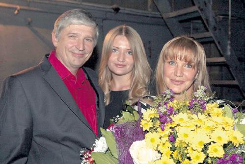 ПРОКЛОВА 30 лет счастливо живёт с мужем Андреем ТРИШИНЫМ. Дочь Полина (в центре) играет в спектаклях с мамой