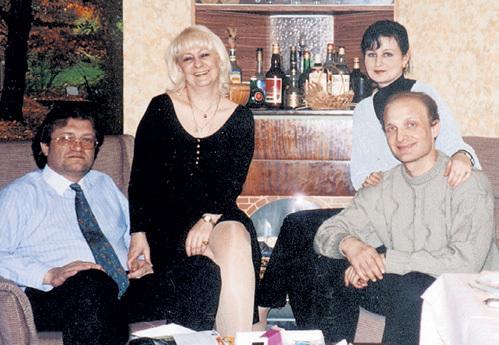 Внучка генсека Виктория со вторым мужем Геннадием ВАРАКУТОЙ (они слева) и её дочь Галина с супругом Олегом ДУБИНСКИМ на семейных посиделках