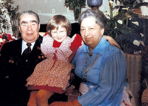 Леонид Ильич и Виктория Петровна души не чаяли в правнучке Гале