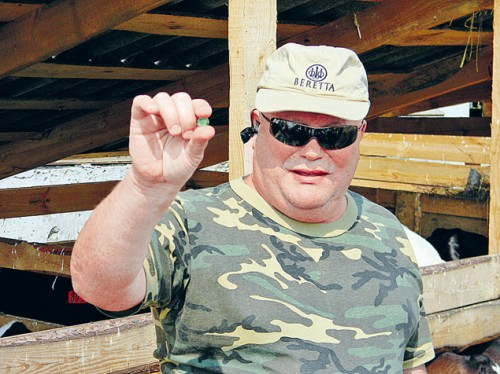 Миллиардер-фермер Юлий Челышев демонстрирует конфетку: «Вот этим я своих коров и кормлю!» Фото: Евгений АРСЮХИН.