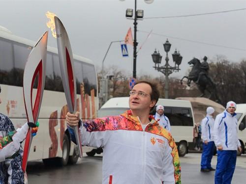 В последний раз Олимпийский огонь потух накануне в руках министра культуры Владимира Мединского в Санкт-Петербурге Russian Look
