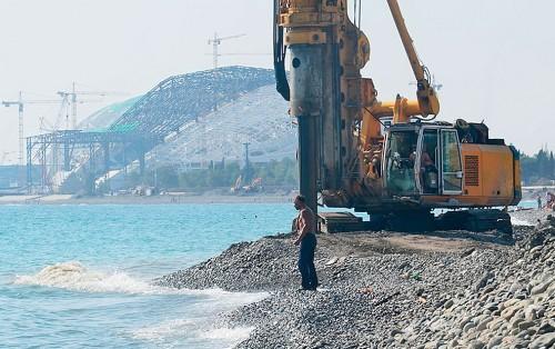 Строительство инженерной защиты на Имеретинском пляже, на заднем плане — стадион «Фишт»