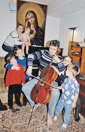 Старший сын Золотухина отец Дионисий с женой Аллой и детьми. Фото: Анатолий БЕЛЯСОВ.