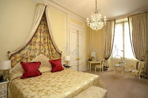 Отель расположен в самом центре Парижа и выходит на Эйфелеву башню. Фото: crillon.com