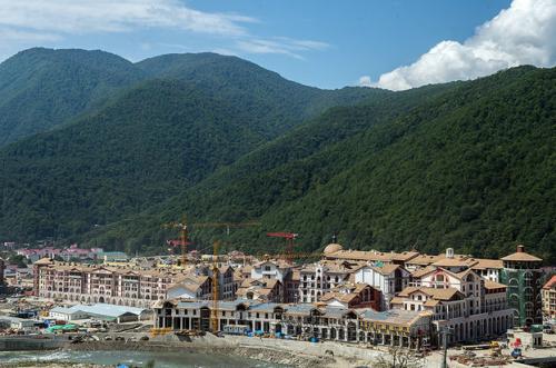 Располагается у горнолыжного комлекса «Горная карусель». Строительство продолжается до сих пор. После Олимпиады это будет «Горки город». Красивый проект с большими рисками — непонятно, где взять столько туристов, чтобы заполнить гостиницы.