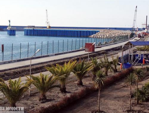 Многострадальный порт, который построила компания Олег Дерепаски. После Олимпиады порт планируется перестроить в причал для яхт. Главное, чтобы они сюда приплывали.
