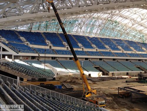 На этом стадионе пройдут церемонии открытия и закрытия Олимпиады. Пока строительство продолжается. Подрядчик — «Ингеоком». Это здание — один из нескольких олимпийских объектов, по которому возбуждено дело о завышении проектной стоимости и попытки хищения бюджетных средств.