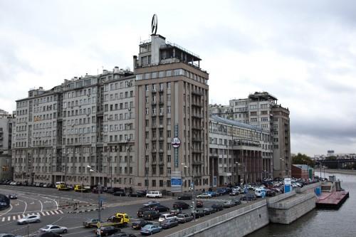 Символ номенклатурной столицы — Дом правительства на Берсеневской набережной, вошедший в историю как «Дом на Набережной»