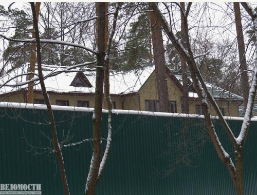 Дом приемов МВД «Русичи» трудно разглядеть за высоким забором Фото: Максим Стулов/Ведомости