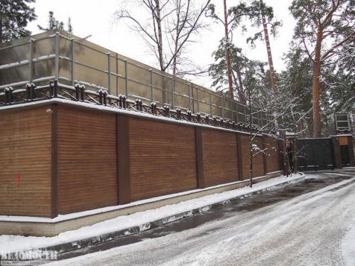 За этим забором до 2011 г. был участок Игоря Сечина. При разводе он оставил его бывший супруге. Фото: Максим Стулов/Ведомости