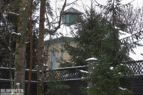 Дом Вагита Алекперова прекрасно расположен — вокруг дома — лес, перед домом — пляж Фото: Максим Стулов/Ведомости