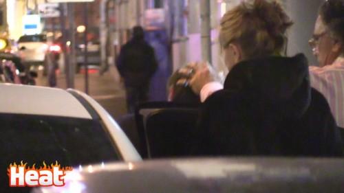 Ольга заботливо проследила, чтобы муж не ушиб голову о дверь машины