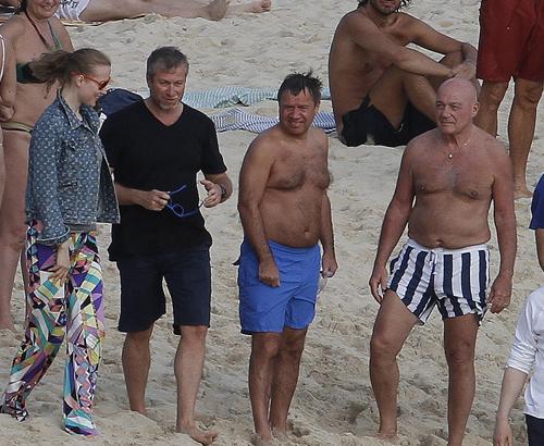 В прошлом году папарацци застали на пляже вместе с Абрамовичем Валентина Юмашева с супругой Татьяной и Владимира Познера. В руках у олигарха его любимые очки в голубой оправе, в которых он щеголяет и в этот раз. Фото: SPLASH NEWS