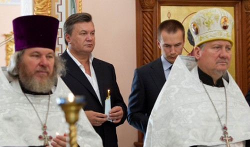 Виктор и Александр Януковичи (на заднем плане)фото УкрФото