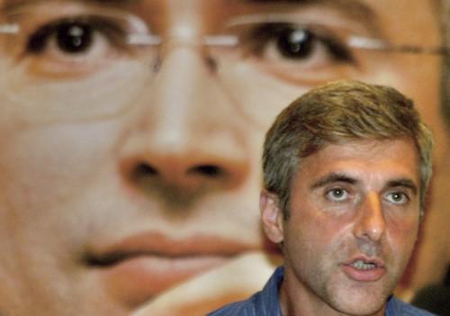 Михаил Ходорковский (на заднем плане) утверждает, что Леонид Невзлин (на переднем), которому он передал свою долю в Group Menatep, ничего ему не должен Фото: Brennan Linsley / AP